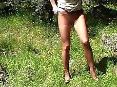 Geile Strumpfhosen Sau im Garten