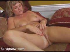 Curvaceous milf cutie masturbates her pink snatch