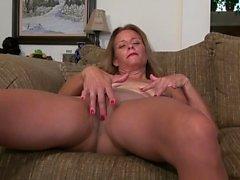 American milf Jayden Matthews dildos her mature pussy