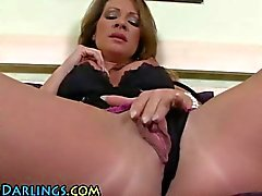 Sexy ass solo milf babe toys her old minge