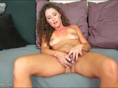 Beauty Carmen Jones vibrates her clitoris