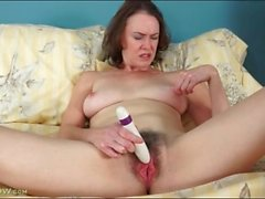 Hairy pussy Veronica Snow masturbates vagina