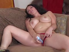 Curvaceous solo milf babe fucks a toy erotically