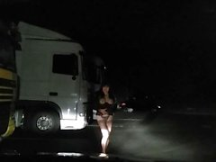 seins nus sur parking routier